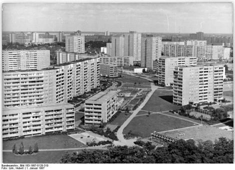 ADN-ZB Deutsche Demokratische Republik Januar 1987 14-87 750 Jahre Berlin Neue Stadtbezirke entstehen Die Hauptstadt der DDR wird sich zu ihrem 750.Geburtstag baulich als ganz jung präsentieren. Mit Berlin-Marzahn (Foto) , mit Hohenschönhausen und Hellersdorf sind in einer historisch kurzen Zeit von zehn Jahren drei neue Stadtbezirke mit rund 91.400 Wohnungen einschließlich Gesellschaftseinrichtungen entstanden, die in ihren Größenordnungen mit Städten vergleichbar sind, deren Entstehung und Wachstum sich in Jahrhunderten vollzog. Im Zeitraum von 1986 bis 1990 werden in der Hauptstadt 163.000 Wohnungen neu gebaut bzw. modernisiert. Die FMieten bleiben weiter stabil, sie betragen etwa fünf Prozent des Familieneinkommens. Reporter: Link Copyright: ADN-Zentralbild